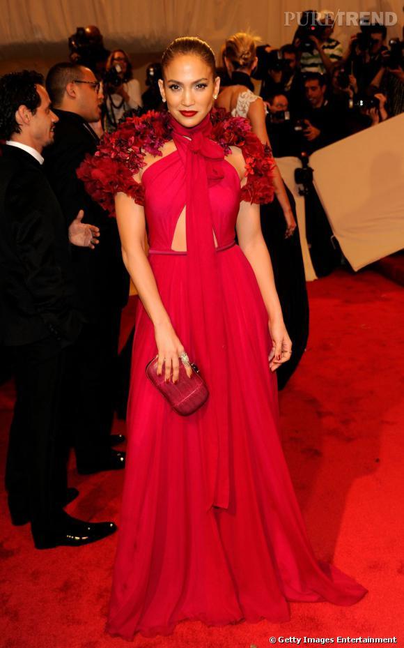 Jennifer Lopez s'intéresse également de près aux créations Gucci, afin de briller sur red carpet.