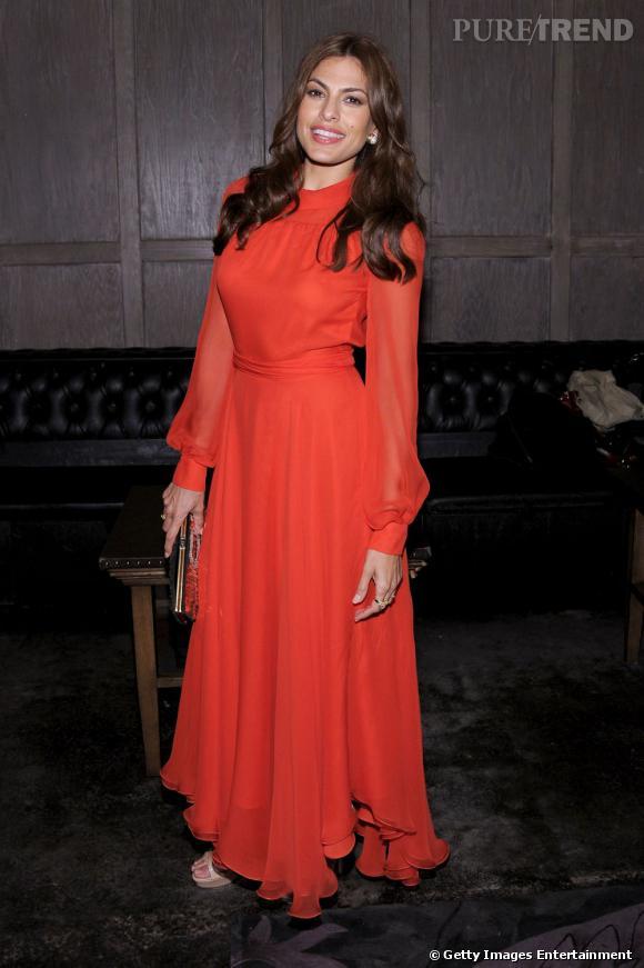 Eva Mendes mise sur le glamour, sa signature principale. Ici en robe mousseline rouge, elle y parvient avec aisance...
