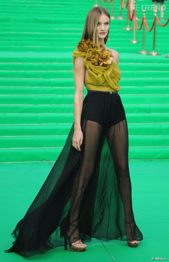 Super sexy, Rosie Huntington-Whiteley est au summum de son sex-appeal dans cette robe qui dévoile entièrement ses jambes de rêve.