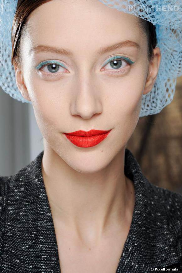 La tendance est au eyeliner coloré. Pour un beauty look rétro, osez le turquoise qui habille à lui seul la paupière.