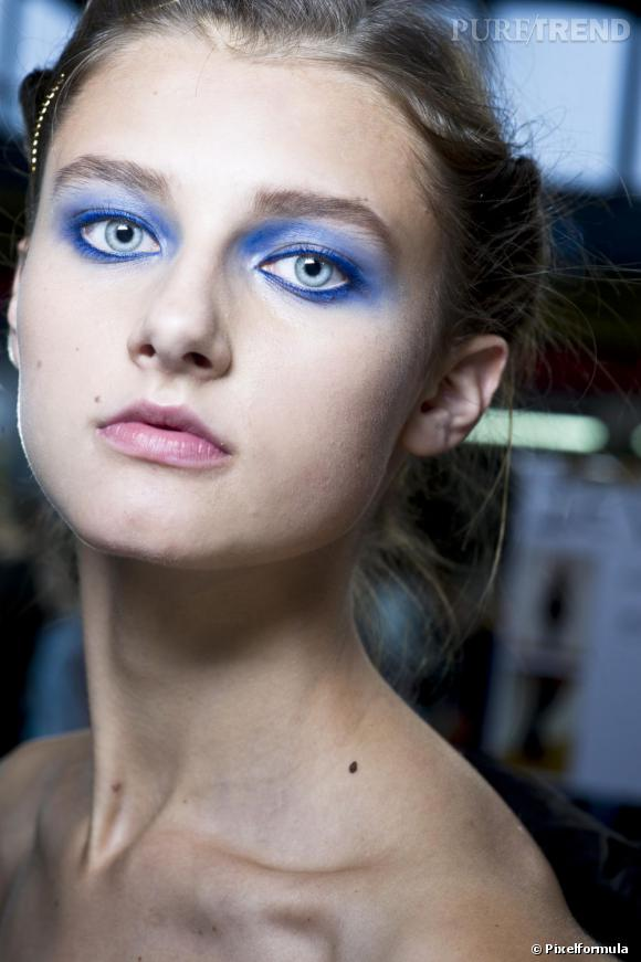 Pour un regard hypnotique, on dessine le contour de ses yeux au khôl bleu.