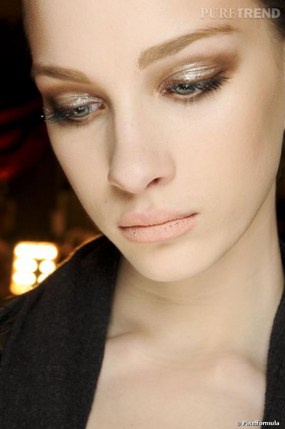 Envie d'un maquillage eyeliner qui change du noir ? Optez pour le marron, top sur les yeux verts et bleus.