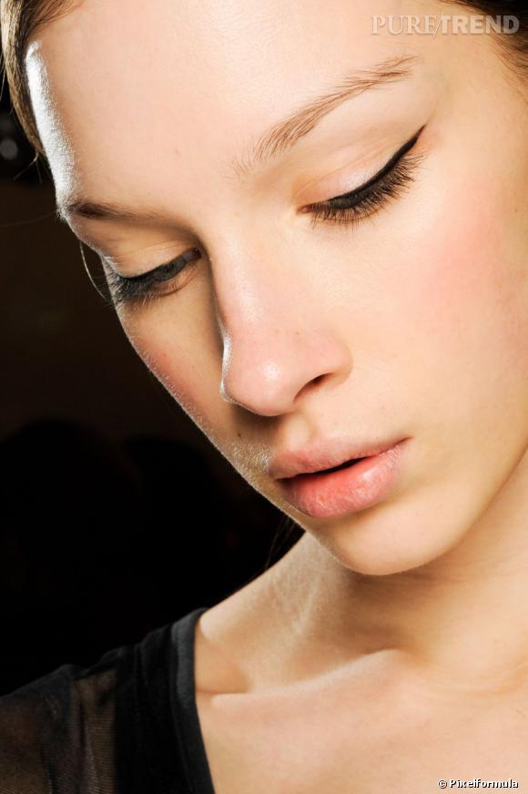 La valeur sûre, c'est l'eyeliner noir. En feutre ou liquide à appliquer au pinceau, il vous dessine un oeil de chat en un trait.