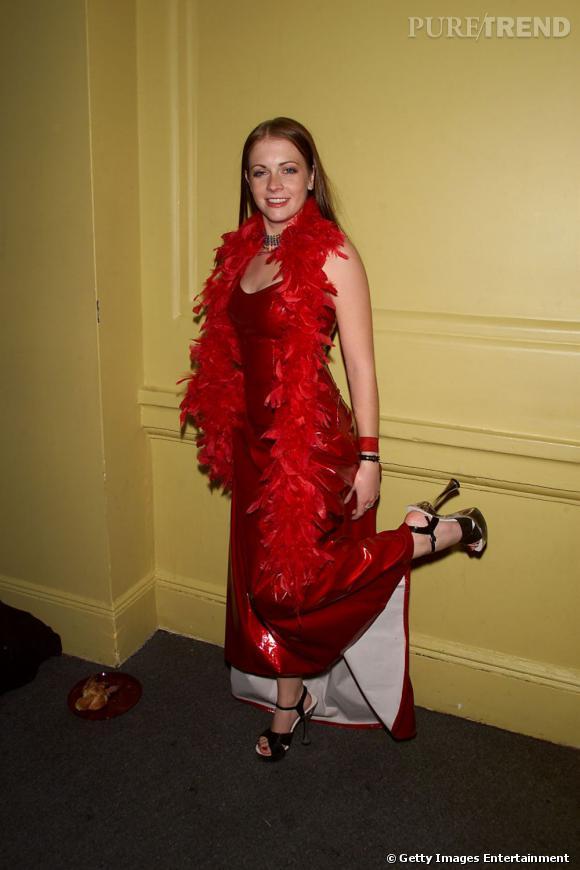 2001 : Robe en latex et boa, pas chic. L'escarpin sur le mur encore moins.