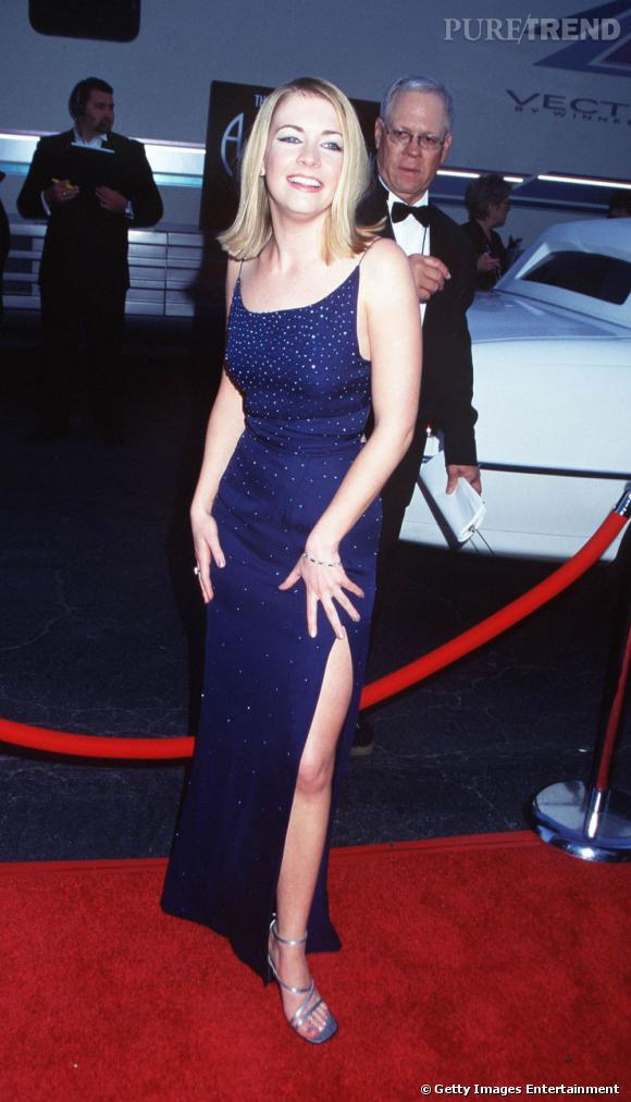 1999 : Melissa Joan Hart est fière de jouer les bimbos, fendu en avant, la jambe découverte.