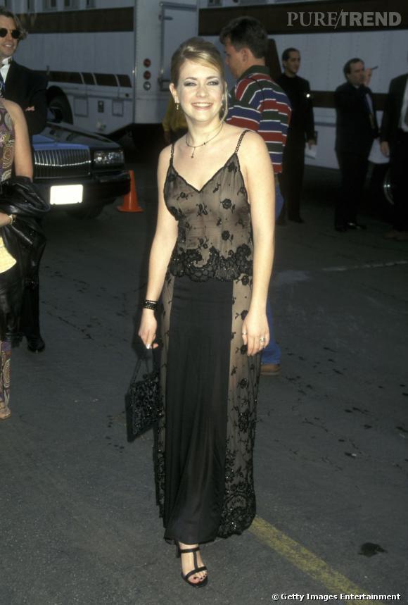 1997 : La pose est maladroite, la robe vulgaire et peu flatteuse.