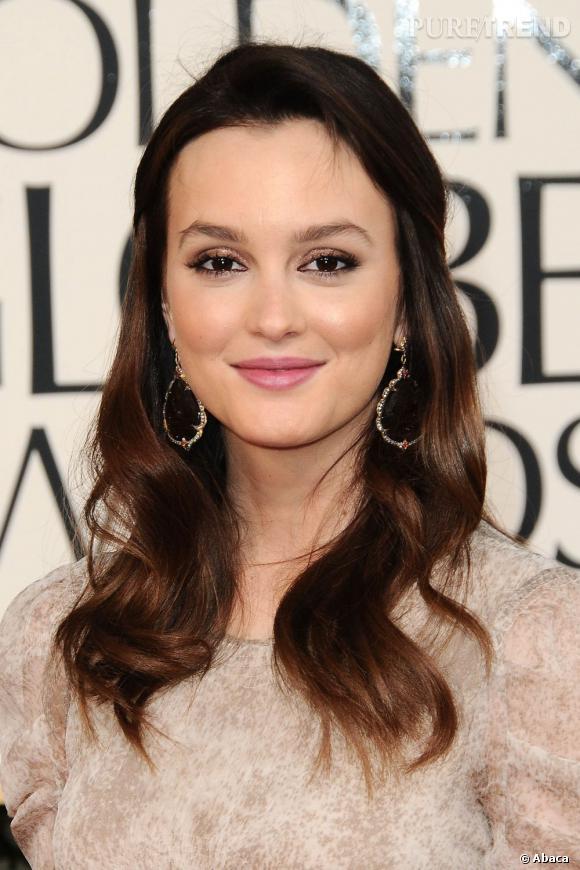 Leighton Meester  choisit un maquillage cheveux bruns élégant et romantique. Un fard cuivré pailleté sur les yeux personnalise le smoky, alors que les lèvres se font romantiques avec un rouge à lèvres vieux rose.