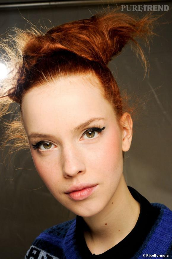 Pour souligner votre regard, amusez-vous à prolonger votre trait d'eyeliner pour un rendu original et rétro. Le reste du maquillage joue dans le nude, avec un teint parfait et des joues rosées.