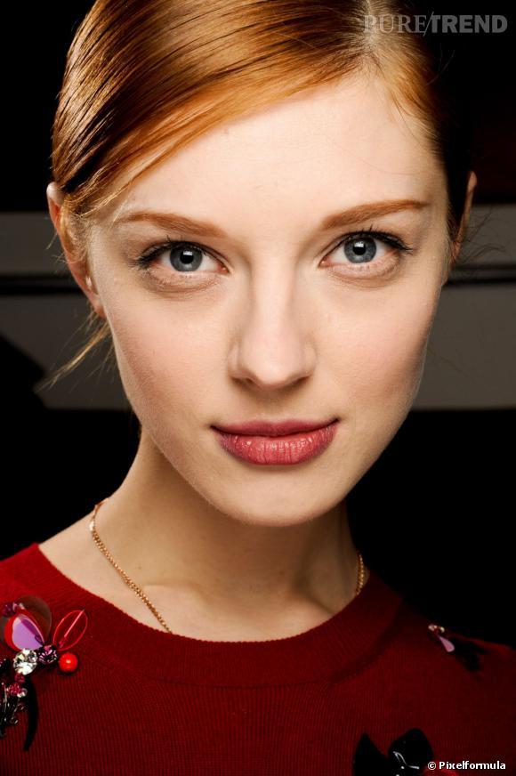 Pour un maquillage simple et rapide à réaliser, vos alliés s'appellent mascara et rouge à lèvres. Le premier réveille votre regard, le second vous fait les lèvres roses et chic.