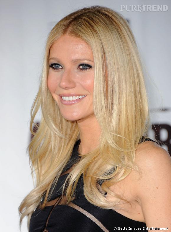 Gwyneth Paltrow se fait un regard à la Brigitte Bardot avec un trait de khôl appuyé sur et sous l'oeil. Un maquillage qui met en valeur ses beaux yeux.