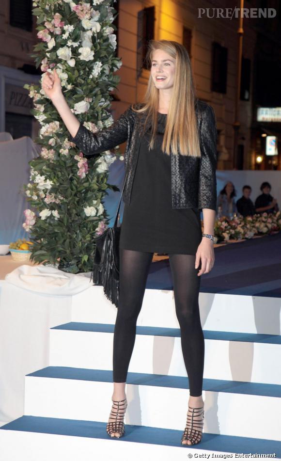 En minirobe noire elle ose le legging.