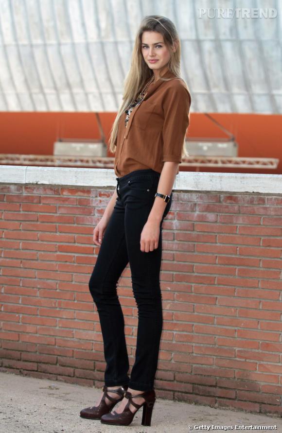 La jolie blonde flatte ses jambes dans un slim noir, qu'elle associe à une blouse chocolat.