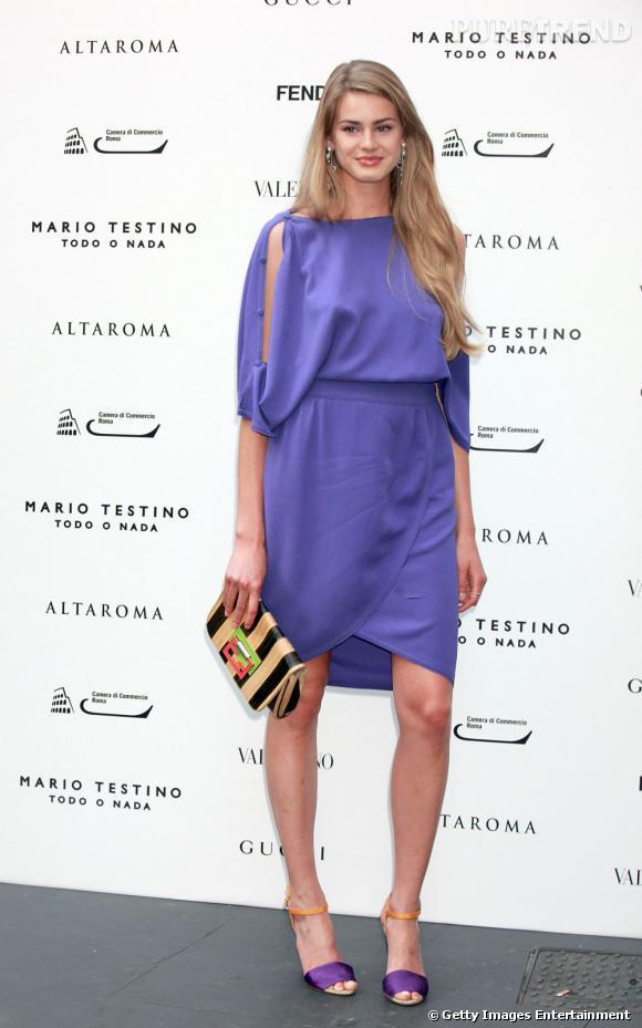 Vanessa Hessler ose la robe lilas qui dévoile délicatement ses bras. Juchée sur des sandales assorties, elle allonge avec style sa silhouette.