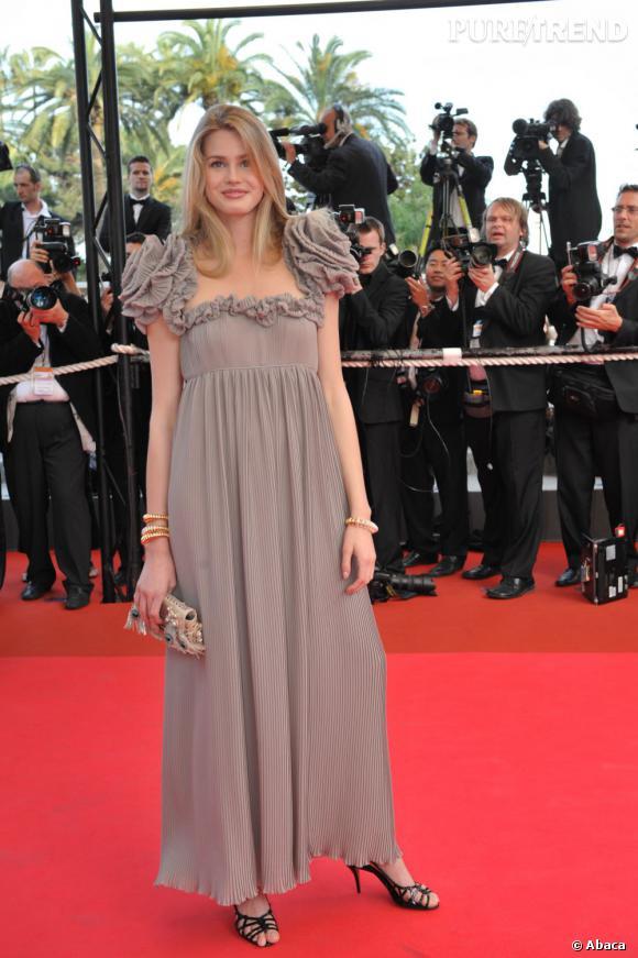 Vanessa Hessler ose la robe aux épaules ultra-structurées en forme de fleurs oversize.