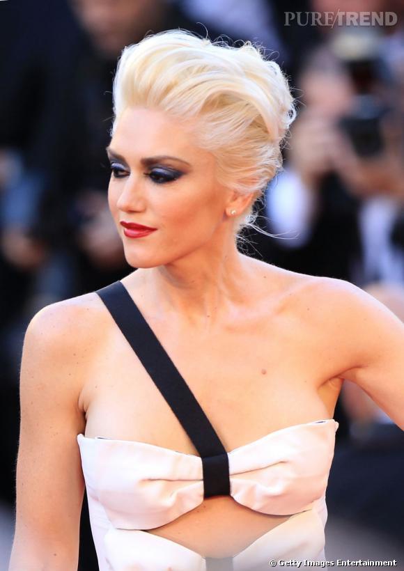 Gwen Stefani  n'a pas froid aux yeux et ose le bleu nuit sur ses paupières.