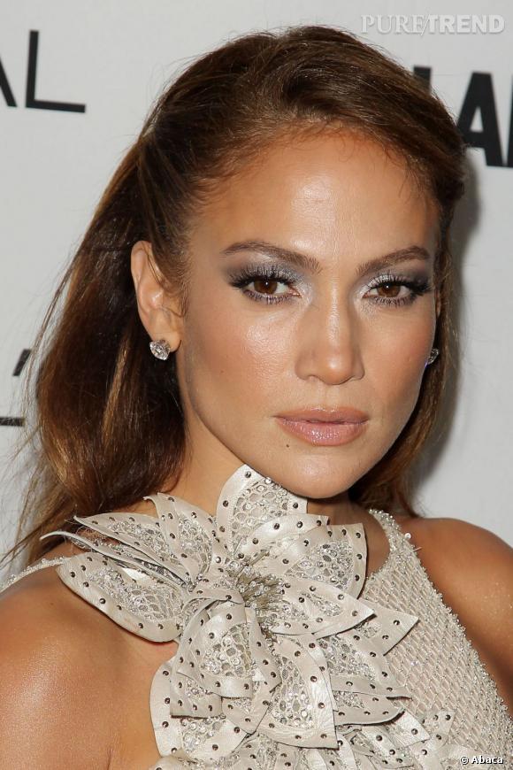 Jennifer Lopez  mise sur l'argent pour mettre en avant ses prunelles brunes. Un maquillage yeux marron simple à réaliser pour une soirée.