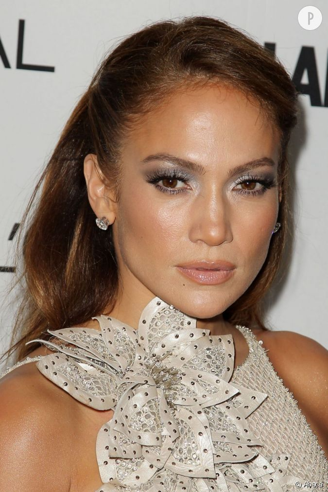 jennifer lopez mise sur l 39 argent pour mettre en avant ses prunelles brunes un maquillage yeux. Black Bedroom Furniture Sets. Home Design Ideas