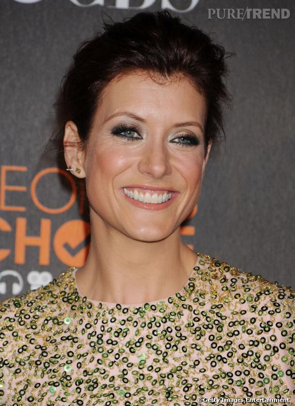Kate Walsh  maquille ses yeux verts d'un smoky noir et argenté qui illumine son regard.