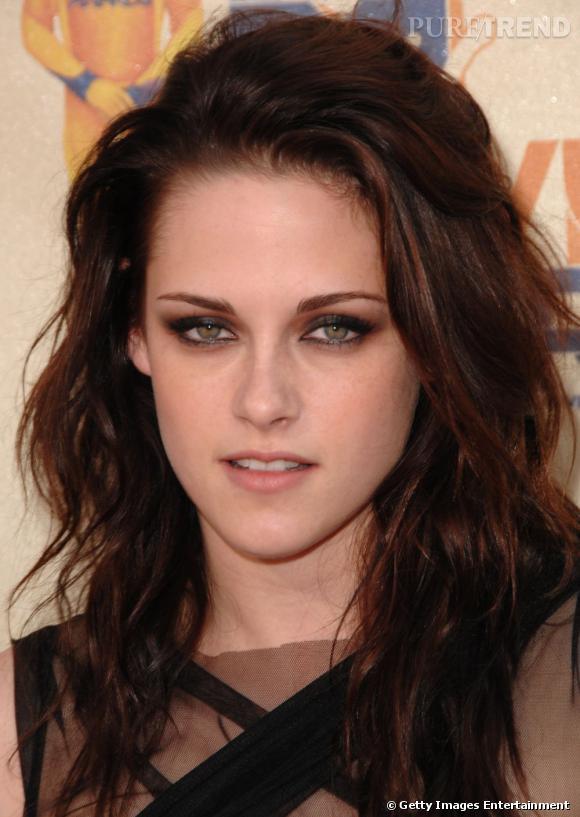 Classique mais efficace, le regard charbonneux est adopté par  Kristen Stewart  sur le tapis rouge.
