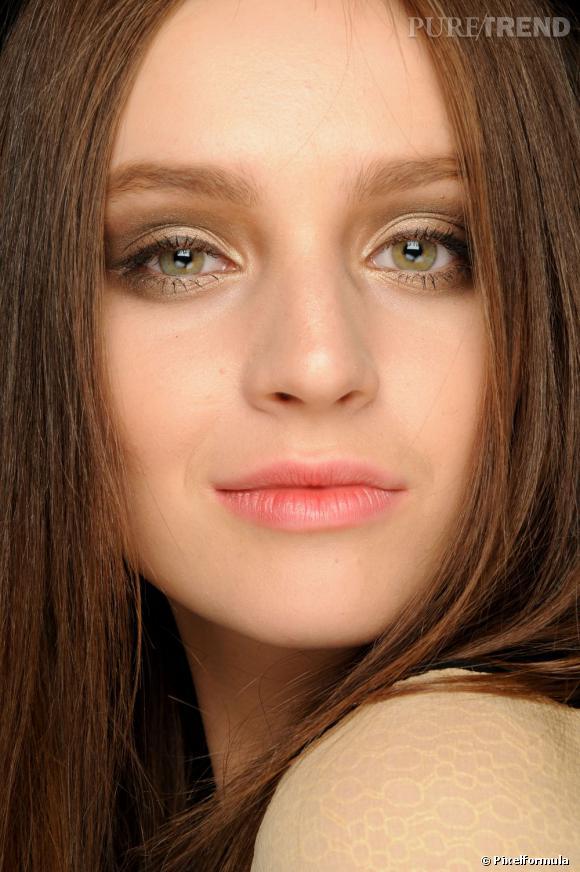 Pour un maquillage yeux verts doux, choisissez une ombre à paupières ivoire et sable et optez pour un trait de crayon khôl marron.