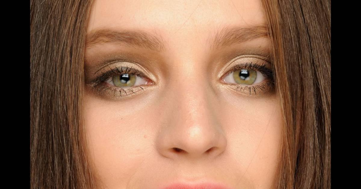 Pour Un Maquillage Yeux Verts Doux Choisissez Une Ombre Paupi Res Ivoire Et Sable Et Optez