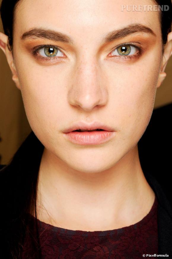 Les fards cuivrés vont à merveille aux yeux verts. Pour un maquillage de jour, zappez l'eye liner et contentez-vous d'une couche de mascara.