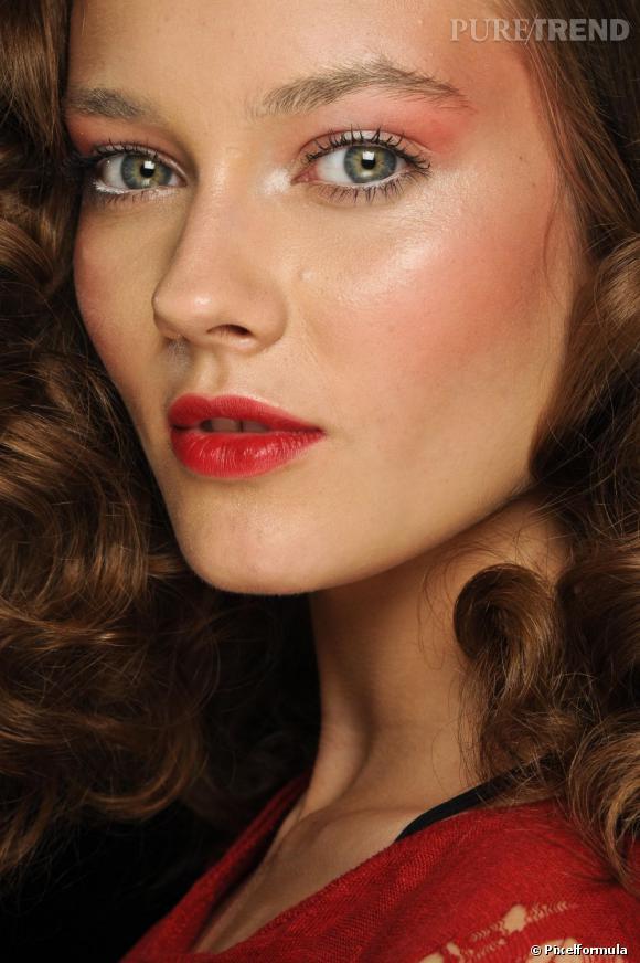 Pour un maquillage de jour tendance pin-up, fardez vos paupières de rose.