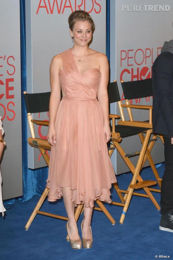 L'actrice porte une robe saumon Maria Lucia Hohan.