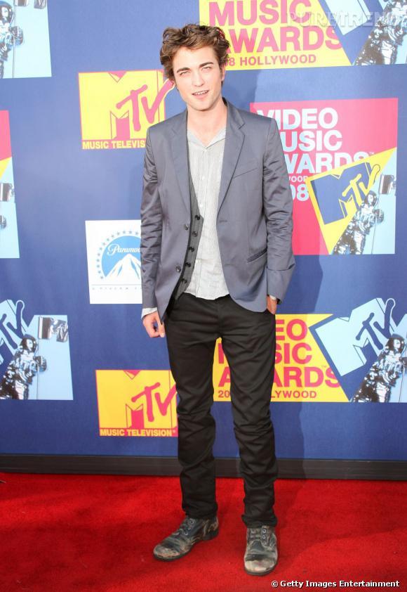 """La meilleure première apparition : Avec """"Twilight"""" l'acteur prend conscience de l'importance de son look sur red carpet et on aime cette allure de dandy."""