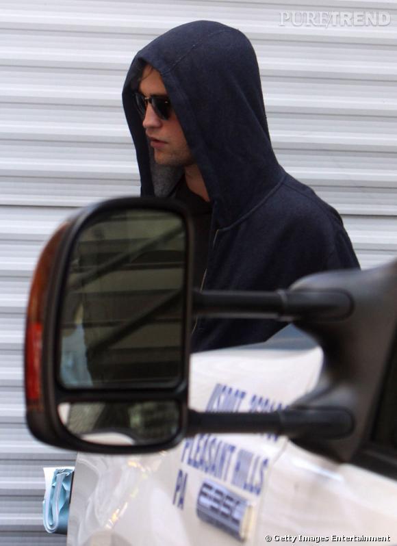 La meilleure capuche : sweat impeccable et lunettes noires, Robert a trouvé le parfait look pour passer incognito.