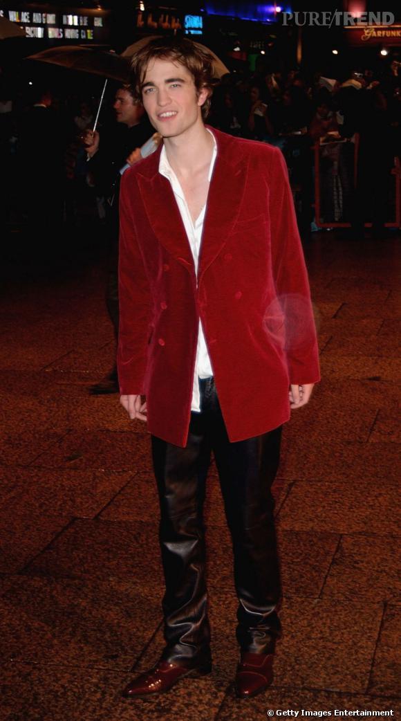 Le pire look de red carpet : avec un pantalon en cuir, ses chaussures cognac et sa veste en velours rouge, Robert fait peine à voir.