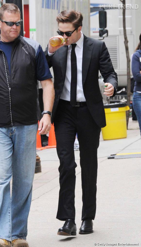 La meilleure photo de tournage : le jeune homme ose le costume impeccable avec une fine cravate, une crinière domptée et des lunettes rock.