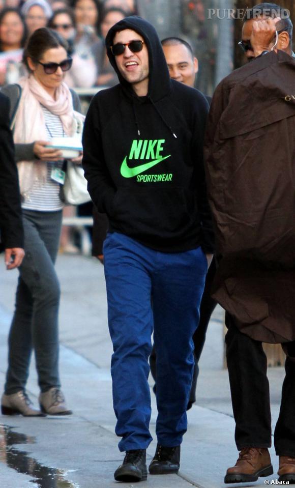 Le pire look de rue : on ne sait pas trop par quoi commencer entre le jean bleu, la capuche trop petite et la grimace...