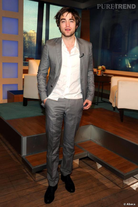Le pire look de plateau télé : le cheveux gras et le costume tout chiffonné, Robert a des progrès à faire.