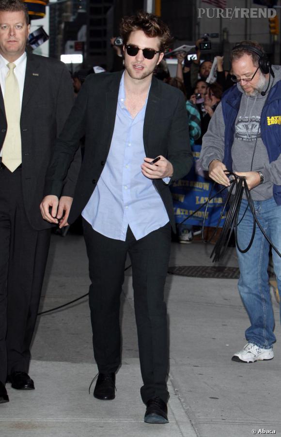 Le meilleur look de plateau télé : costume porté de façon décontractée et lunettes sur le nez, l'acteur se la joue beau gosse. On est fan.