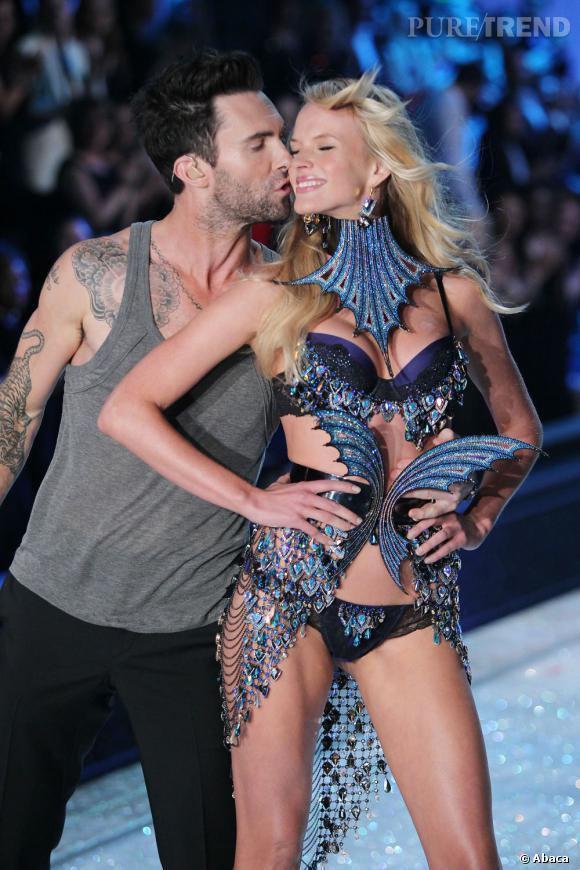 Au défilé Victoria's Secret qui s'est déroulé début novembre, Adam Levine est venu sur scène pour chanter. Il en a profité pour faire un coucou à sa douce.