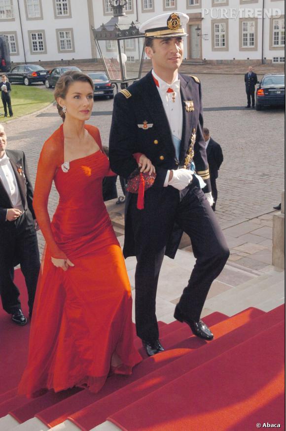 Au début de son mariage avec le Prince Felipe, Letizia Ortiz, bien que déjà très mince, avait encore un corps de femme avec de la poitrine et une taille marquée.