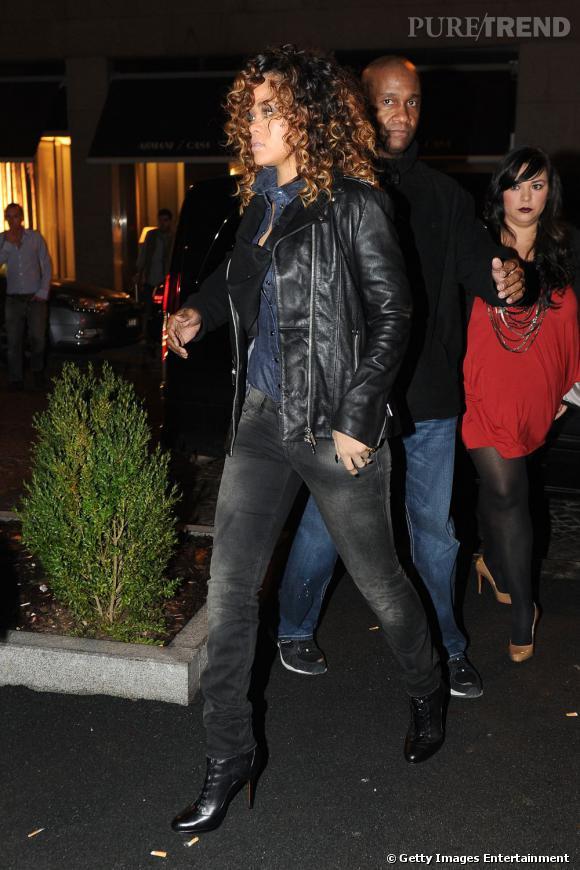 Jean et veste en cuir, la chanteuse arbore un look très basique.