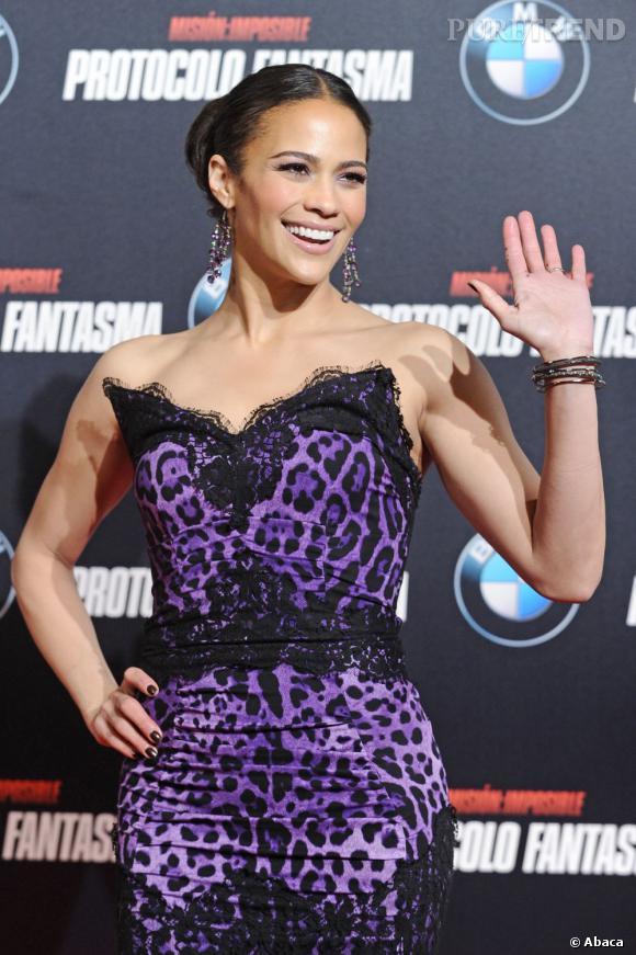L'actrice porte une robe Dolce & Gabbana.