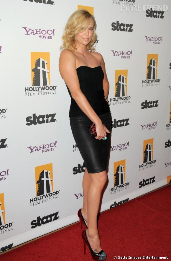 Sexy, Charlize Theron porte une mini-jupe moulante de la marque des soeurs Olsen.