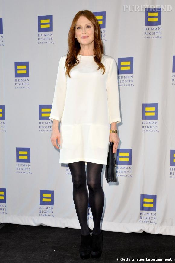 Pour convaincre Julianne Moore de porter autre chose que du Lanvin, il faut être très doué. Il semblerait que les soeurs Olsen aient convaincu la superbe actrice avec cette robe blanche The Row.