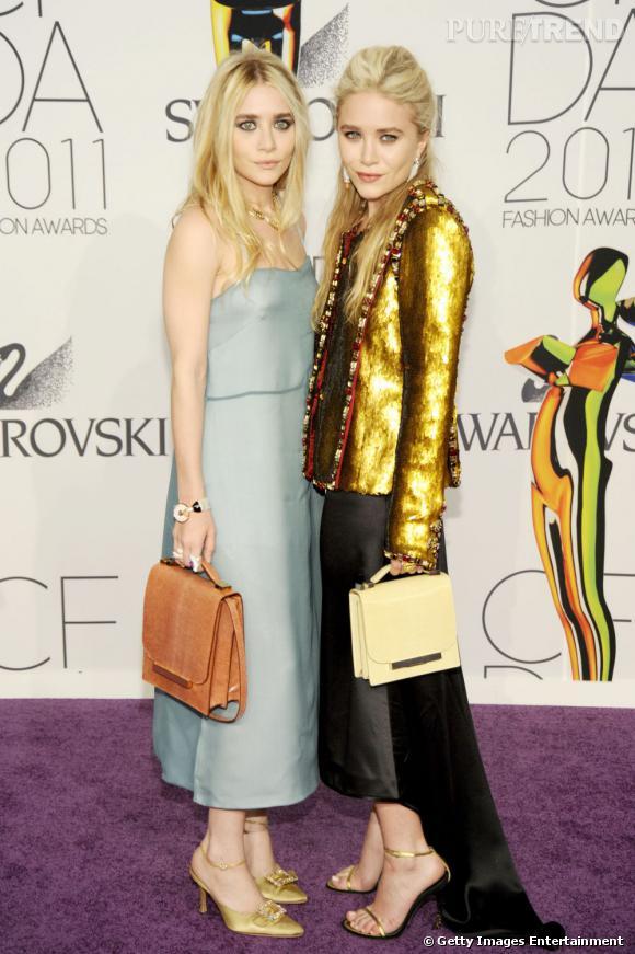 Ashley Olsen et sa soeur Mary-Kate : fondatrices de la marque The Row, elles en sont aussi les meilleures ambassadrices. À chacune de leurs apparitions, les jolies blondes choisissent une pièce de leur griffe, comme ici les sacs  Classic Lizard.
