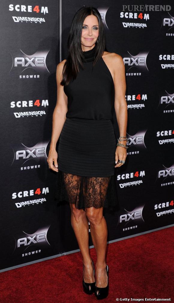 Courteney Cox entretient mystère et sex-appeal dans une robe de la griffe The Row, noire et semi-transparente.