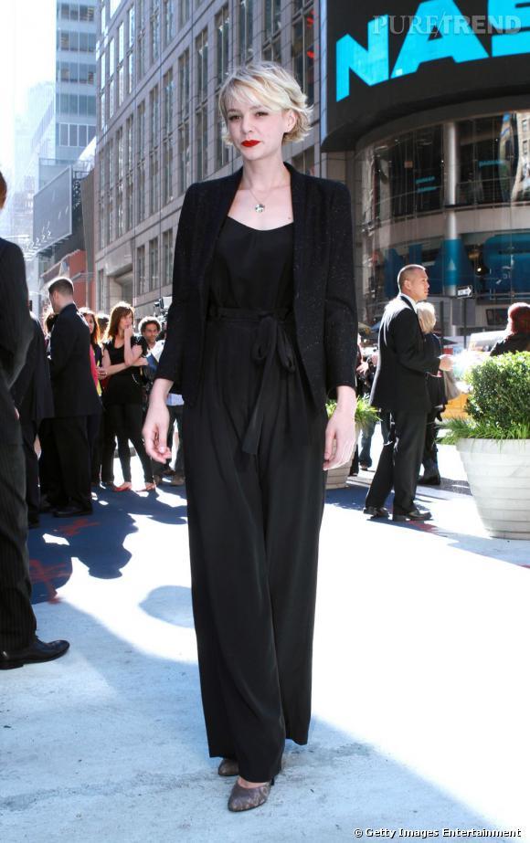 Carey Mulligan, dans un ensemble pantalon et top The Row, prouve toute son audace.