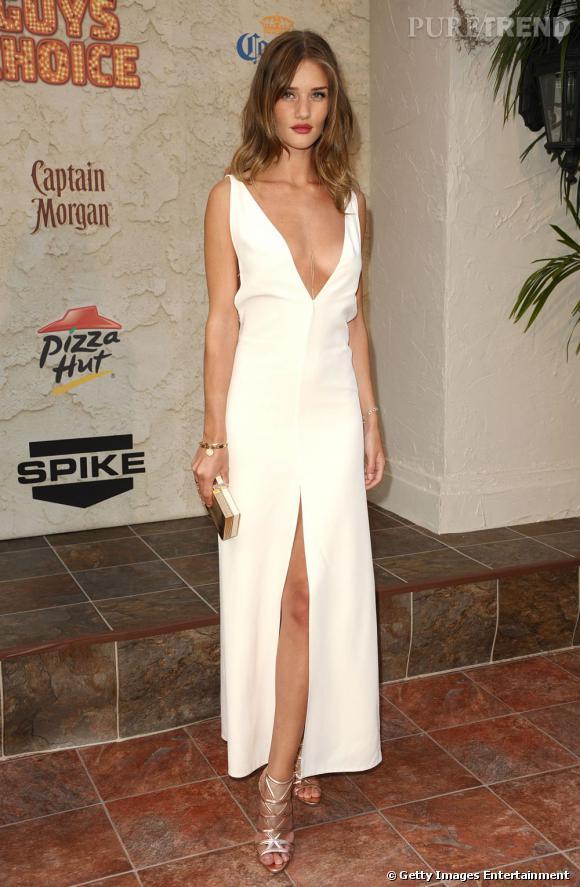Rosie Huntington-Whiteley, super sexy et virginale dans une robe découpée The Row.