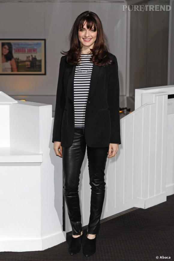Rachel Weisz craque elle aussi pour le pantalon en cuir The Row, idéal pour flatter ses minces gambettes.