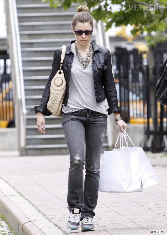 L'un des incontournables de The Row : la veste en cuir. Jessica Biel l'adopte version super cool, associé à un jean troué et des baskets.
