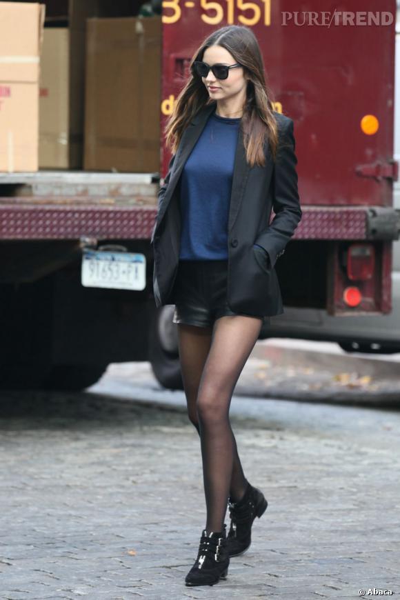 Le super top Miranda Kerr est une grande fidèle de The Row, ici avec un mini-short en cuir de la griffe.