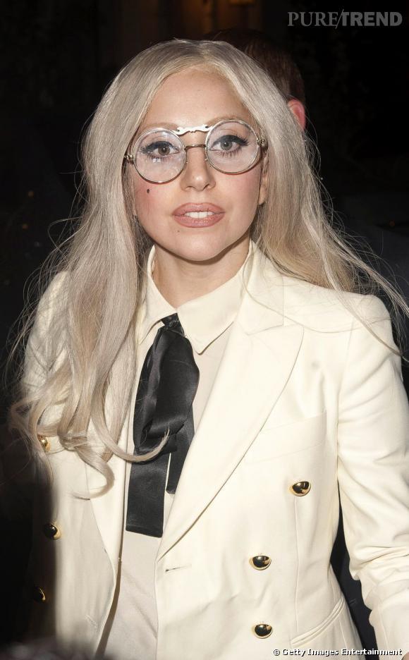 Lady Gaga version secrétaire sexy.