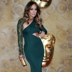 Jennifer Lopez joue de ses courbes.